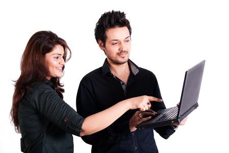 studenti universit�: giovane coppia multi razziale con laptop isolato su bianco Archivio Fotografico