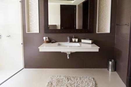 washroom: moderno cuarto de ba�o con lavabo blanco