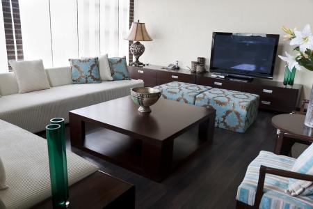 nettoyer: salon d'un appartement moderne avec fusion des meubles orientaux Banque d'images