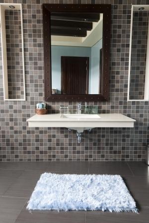 piastrelle bagno: bagno moderno con lavabo bianco