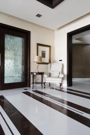 marble flooring: angolo di un appartamento moderno con una sedia classico e un paitning