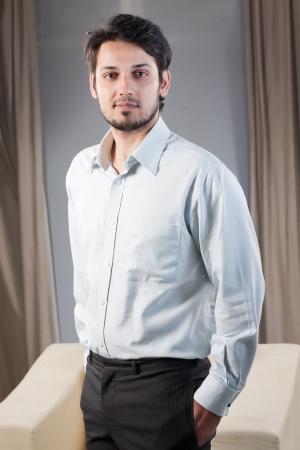 bel homme: portrait d'un homme d'affaires beau m�tis