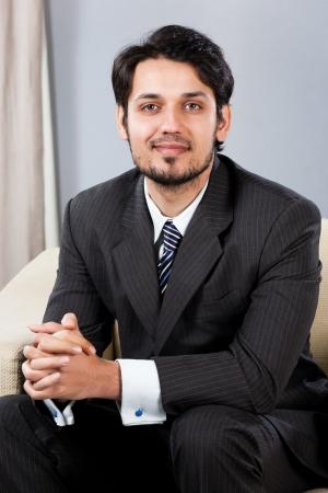 hombre arabe: hombre de negocios indio confidente que se sienta en el sofá Foto de archivo