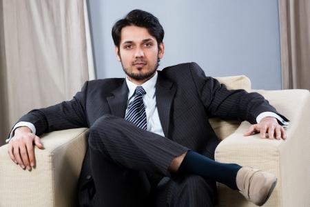homme arabe: affaires confidentielles assis sur un canap�