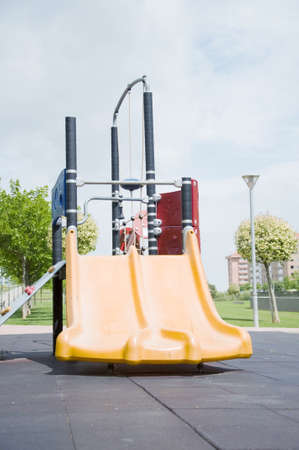 toboga: Un doppio slittino in un parco per i bambini