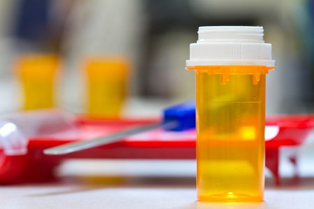 recetas medicas: farmacia frasco y la tapa con el fondo de la farmacia