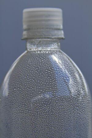 evaporacion: refrescantes gotas de agua en una botella descripta no