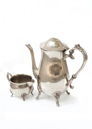 bodas de plata: bote de t� de plata antigua sobre fondo blanco Foto de archivo