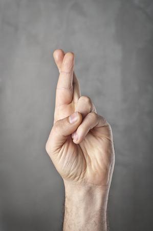in bocca al lupo: dita gesticolano simbolo di buona fortuna Archivio Fotografico