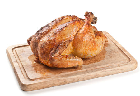 Geheel gebraden kip op een houten bord
