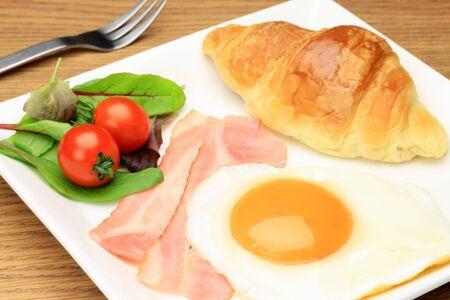 processed food: uova e pancetta e croissant