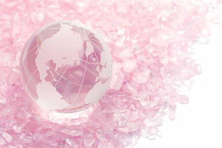 terrestre: Ho messo un globo terrestre del vetro quarzo rosa e la port� Archivio Fotografico