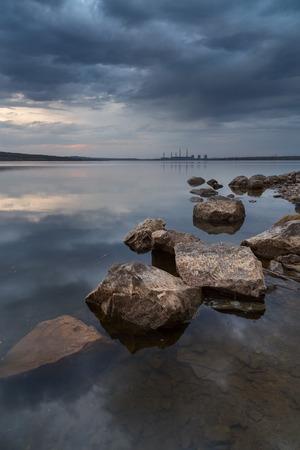 paesaggio industriale: Paesaggio industriale con le rocce in acqua Archivio Fotografico