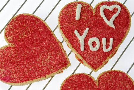 ardor: Three red heart shaped cookies one with I love you LANG_EVOIMAGES