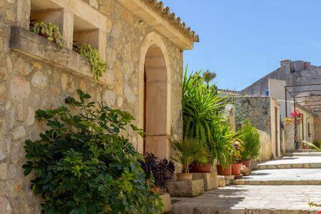 Petite route et maison dans le village Campanet au nord de Majorque Banque d'images