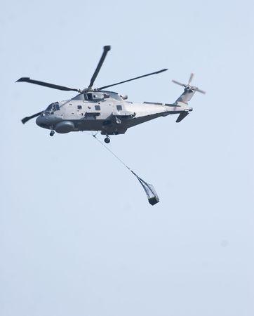 merlin: Carga de elevaci�n de helic�ptero de Merlin  Foto de archivo