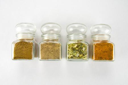Especias en cajas de vidrio con alcaravea, puerro seco Foto de archivo
