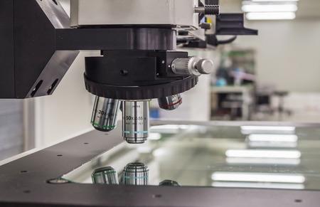 microscopio: Microscopio aislado en el fondo blanco Foto de archivo
