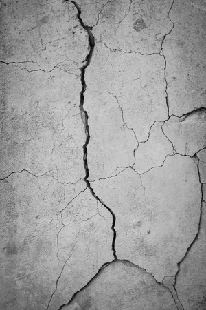 Grunge concrete cement wall with crack in industrial building Stockfoto