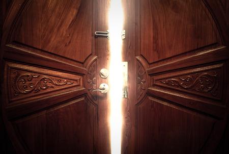 porte bois: millésime lumière de la porte ouverte