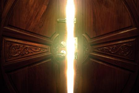 puertas antiguas: luz de la puerta abierta Foto de archivo