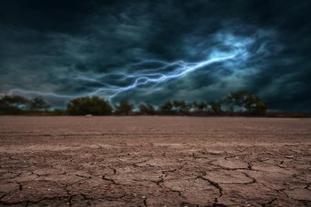 Land aan de grond droog en gebarsten. Met onweer