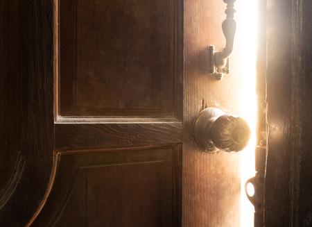 Vecchia luce della porta aperta
