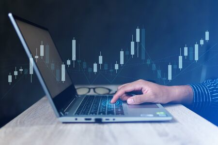 Businessman with statistic graph of stock market financial indices analysis on laptop screen, finance data and technology concept Stockfoto