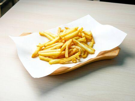 Pommes Frites auf einem Restauranttisch