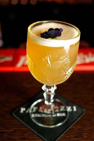 Cocktail sur une table de restaurant Banque d'images