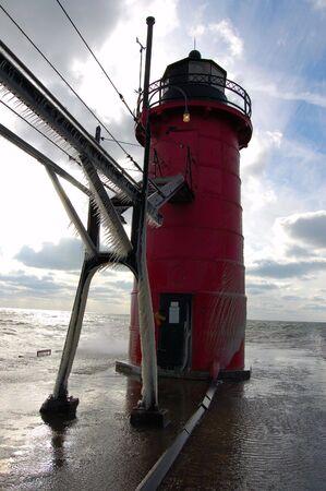 lake michigan lighthouse: Faro de invierno