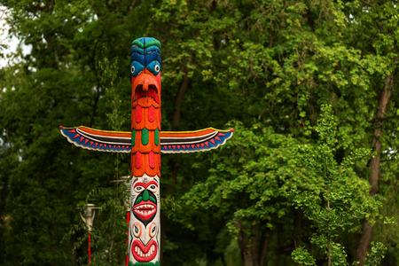 totem indien: Totem indien avec fond de forêt dans un parc