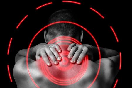 Irreconhecível homem toca no pescoço, dor no pescoço, vista traseira, área dor de cor vermelha