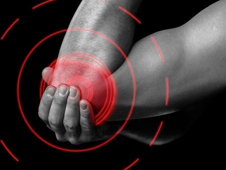 codo: El hombre está tocando el codo debido a un dolor agudo, dolor de área de color rojo