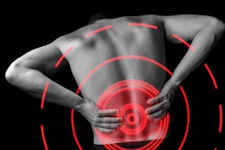 A dor aguda em um macho inferior das costas, imagem monocromática, área de dor de cor vermelha