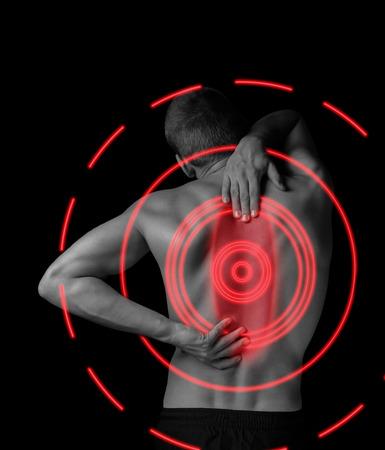Homem é tocar a imagem monocromática de volta, o conceito de dor na coluna,, área de dor de cor vermelha Banco de Imagens