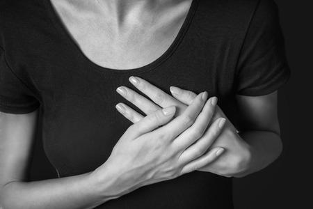 nude woman: La mujer est� agarrando su pecho, dolor agudo posible ataque al coraz�n, imagen monocroma Foto de archivo