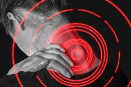 columna vertebral: Mujer irreconocible toca su cuello, dolor en el cuello, de visión trasera, área de dolor de color rojo Foto de archivo