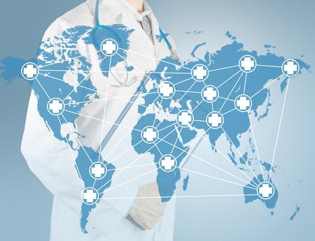 Wereldkaart medisch netwerk op een achtergrond van mannelijke arts met een klembord. Concept: Medische diensten wereldwijd