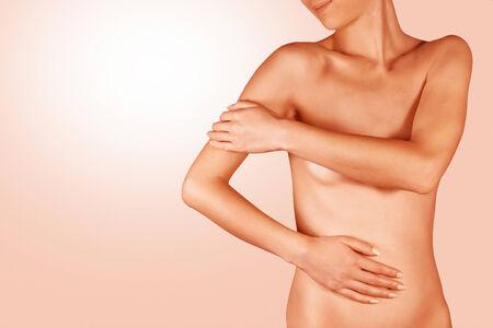 corps femme nue: Femme appliquer la crème sur le corps