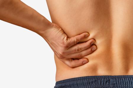 O homem toca a parte inferior das costas, dor nos rins. Em um fundo branco