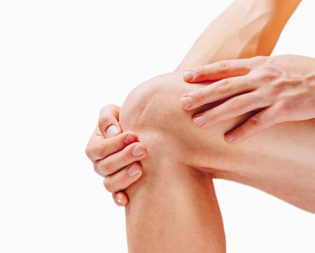 de rodillas: Dolor en la articulación de la rodilla. Sobre un fondo blanco