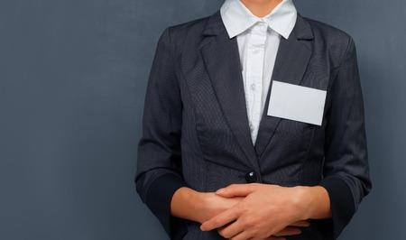 Onderneemster met een naamplaatje op de borst, ruimte voor tekst Stockfoto
