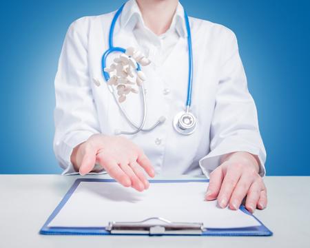 vómito: Médico de la mujer vomitó píldoras sobre fondo azul
