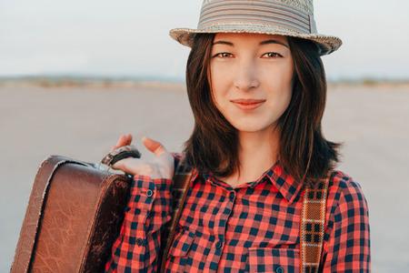 femme valise: Portrait de sourire voyageur jeune femme avec une valise Banque d'images