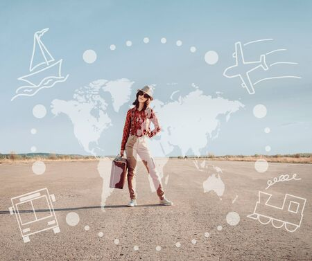 Viajero joven mujer se encuentra en el camino con una maleta. Mapa del mundo y de los tipos de transporte en la imagen. Concepto de viajes