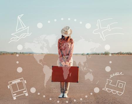 Reiziger jonge vrouw die zich met een koffer op de weg. Kaart van de wereld en de aard van het vervoer op de afbeelding. Concept van de reis Stockfoto