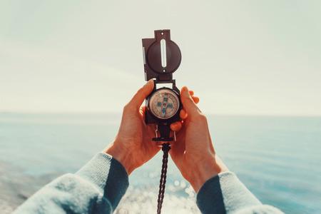 Mulher Traveler procura direção com uma bússola no fundo do mar. Ponto de vista do tiro