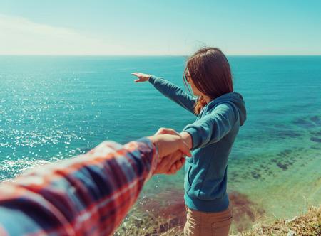 manos entrelazadas: Pareja de enamorados. Hombre hermoso joven mujer que sostiene