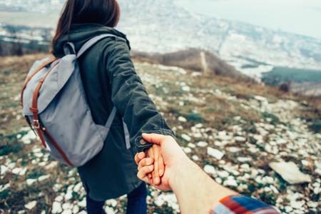 男の手を握って、彼をリード自然屋外のハイカーの若い女性。 写真素材